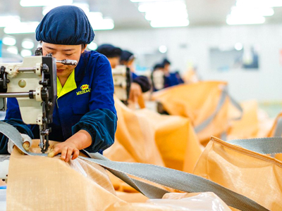 大型工業用ミシンでのフレコンバッグ縫製の様子