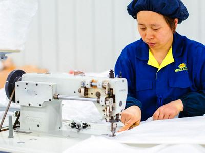 小型工業用ミシンでのフレコンバッグ縫製の様子