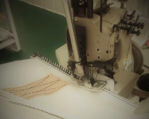 オーバーロックミシンでのフレコンバッグ縫製の様子